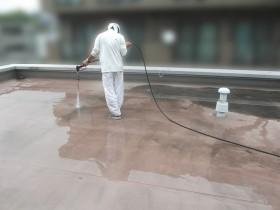 屋上防水工事、洗浄中