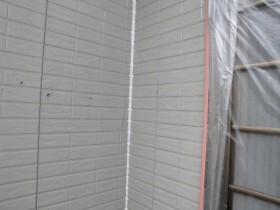 外壁の隙間をシーリング材で塞ぎました