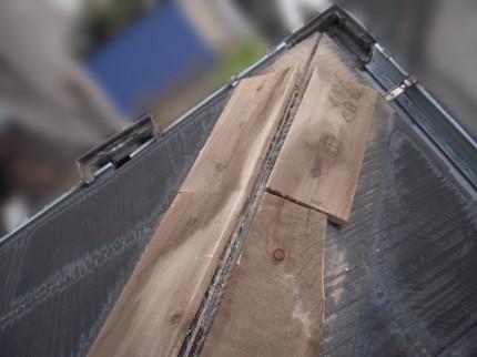 貫板に雨水が染みて劣化し割れてしまっている