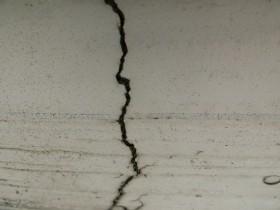 工事前。外壁の亀裂。