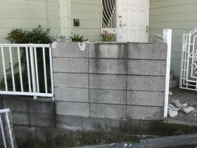 フェンス取付工事中の写真。まずはブロックを撤去します。