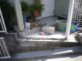 フェンス取付工事中の写真。ブロック撤去後。