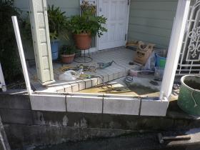 フェンス取付工事。基礎のブロック取付後。