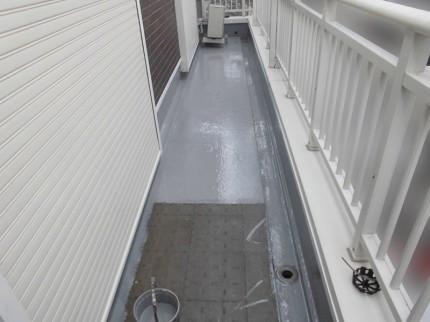 ベランダ防水工事、塗装中