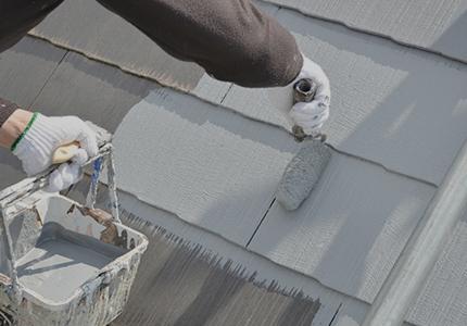 屋根塗装している様子