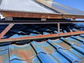 台風で太陽光パネルが煽られズレた瓦